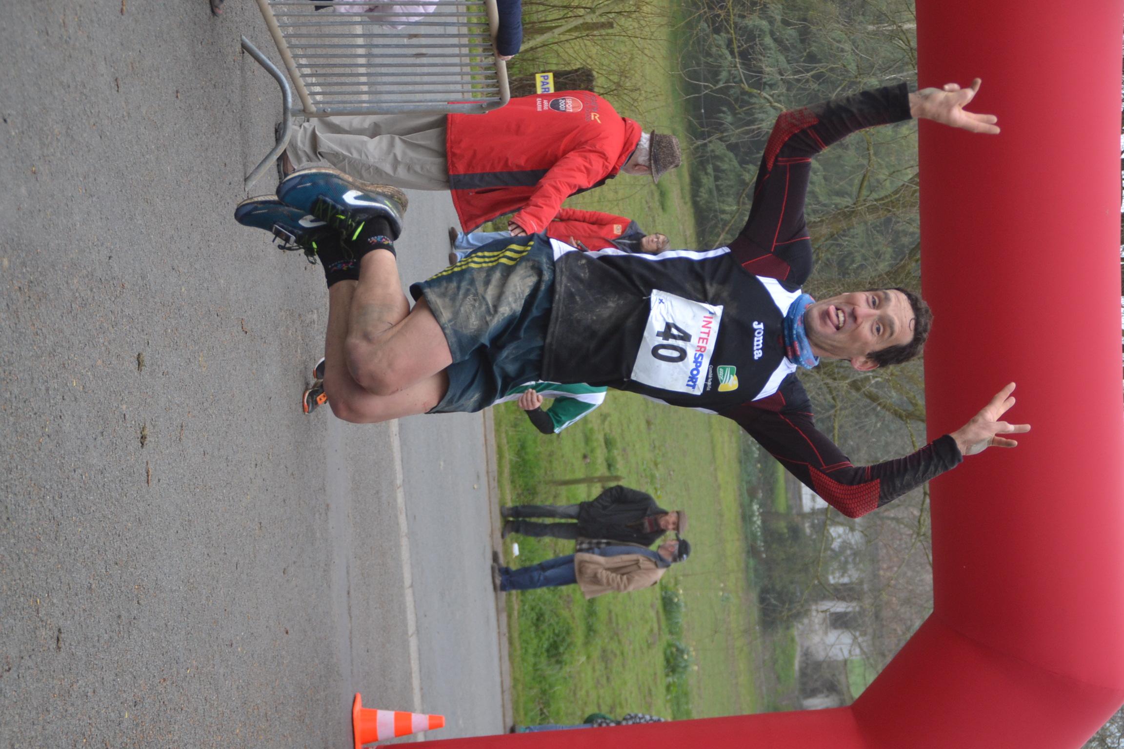 La façon originale de passer la ligne d'arrivée au bout de 30 kilomètres par Cédric Schramm, vainqueur de l'épreuve !